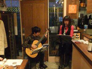 中津オーレベアーテでギター演奏
