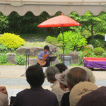 池田市久安寺でギター演奏