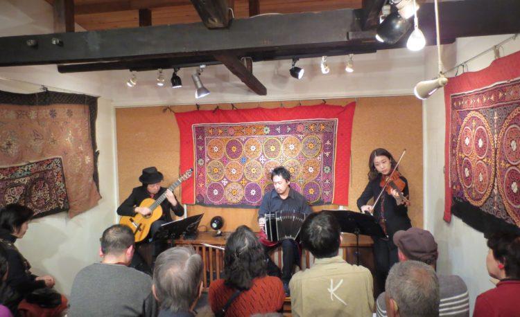 中崎町ティナレンテ 星野俊路(バンドネオン)、米阪隆広(ギター)、松本尚子(バイオリン)