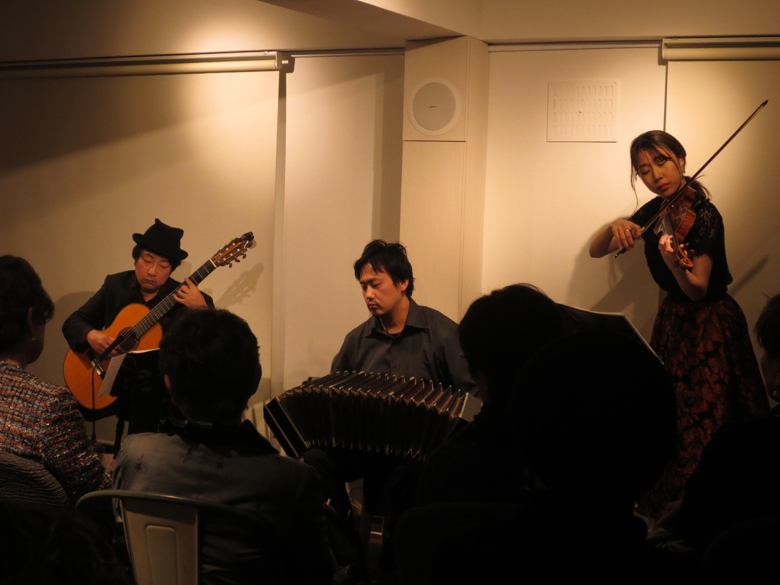池田市グリグリ 松本尚子(バイオリン)、星野俊路(バンドネオン)、米阪隆広(ギター)
