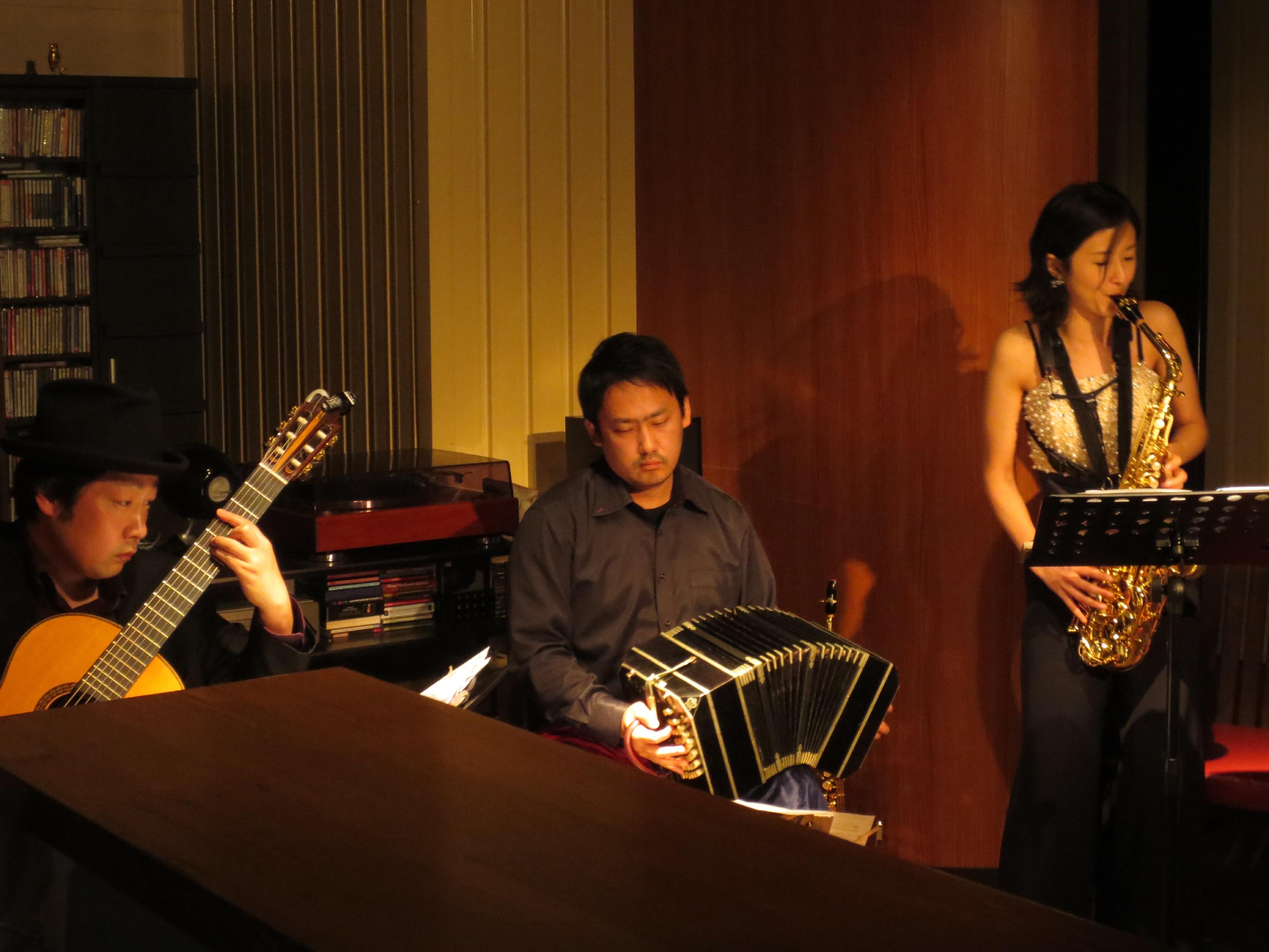 本田千鈴(ソプラノサックス) 星野俊路(バンドネオン)、米阪隆広(ギター) 会場:カフェプレリュード